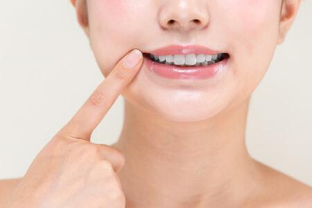 Regelmäßige Mundhygiene und gesunde Zähne verhindern auch Mundgeruch.
