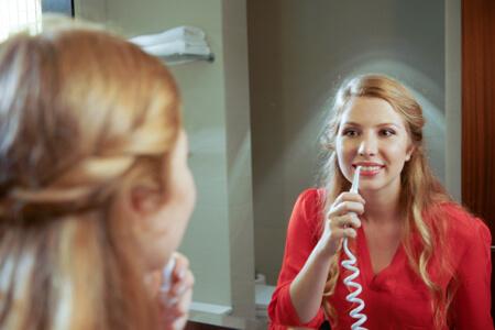 Mit einer Munddusche können Sie Essensreste vollständig entfernen. Dadurch reduzieren Sie schädliche Bakterien und sorgen für gesunde Zähne und perfekte Mundhygiene.