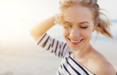 Ein schönes Lächeln durch gesunde Zähne und gesundes Zahnfleisch.